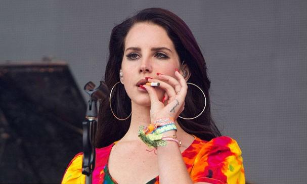 Lana durante apresentação no festival (Foto: getty images)