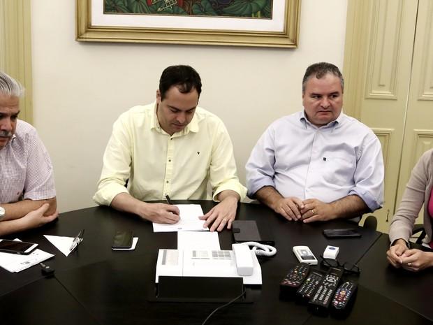 Governador Paulo Câmara assinou decreto de emergência devido a casos de dengue, chikungya e zika no estado (Foto: Aluisio Moreira/SEI)