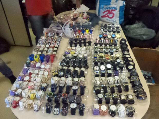 e7572051b04 Relógios falsificados apreendidos em operação na Feirinha da Madrugada  (Foto  Divulgação Polícia Civil