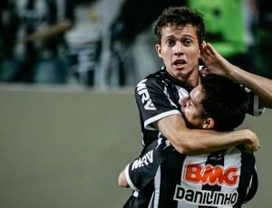 Bernard e Danilinho (Foto: Bruno Cantini / Divulgação Atlético-MG)