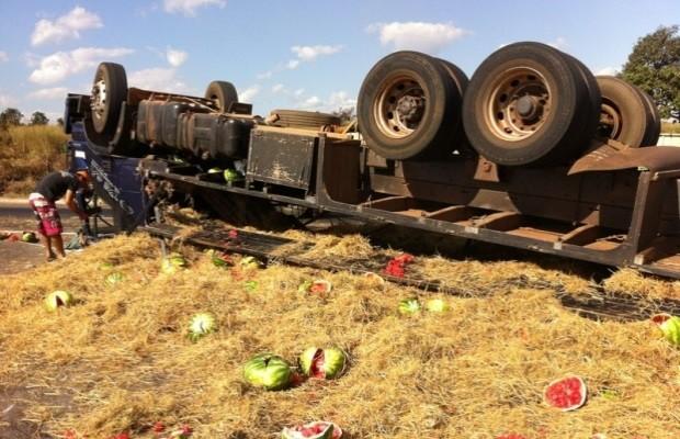Caminhão carregado com melancia tomba na BR-153, em Aparecida de Goiânia, Goiás (Foto: Cristina Cabral/O Popular)