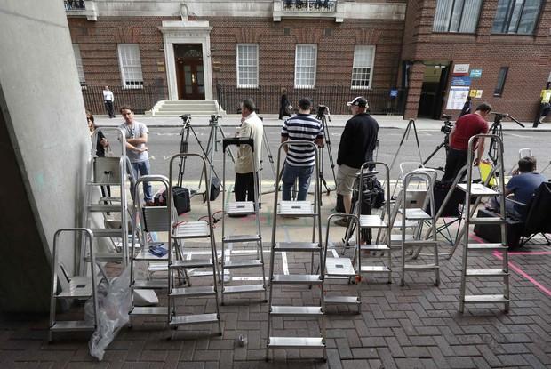 Imprensa na porta do hospital em que Kate Middleton dará à luz (Foto: REUTERS/Luke MacGregor )