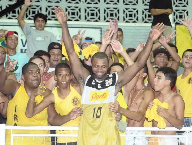 James Parker, ala-armador do Vila Velha, comemora vitória com os integrantes da Ira Amarela (Foto: Bernardo Coutinho/A Gazeta)