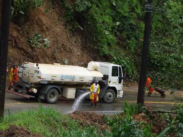 Funcionários limpam estrada depois de estrago causado pela chuva (Foto: Renato Ferezim/G1)
