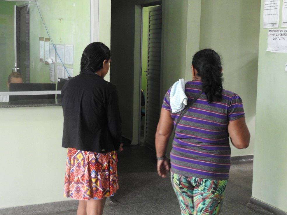 Abalada, a mãe da criança (de preto) não quis falar coma imprensa (Foto: Ive Rylo/G1 AM)