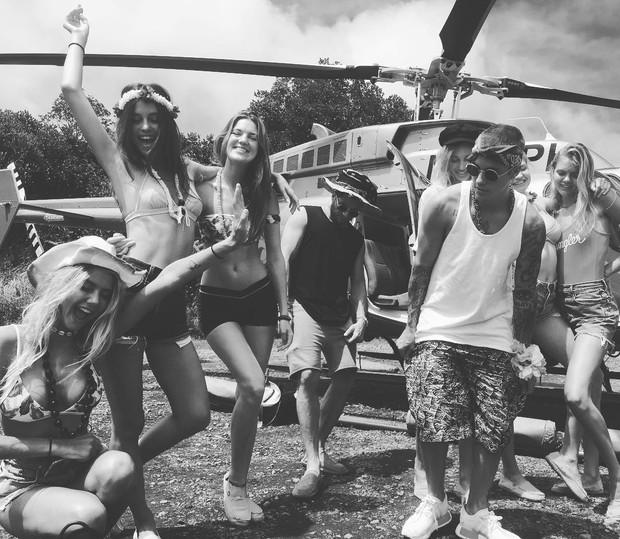Justin Bieber com amigos no Havaí (Foto: Reprodução / Instagram)