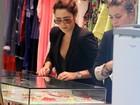 Fernanda Vasconcellos vai às compras em shopping do Rio
