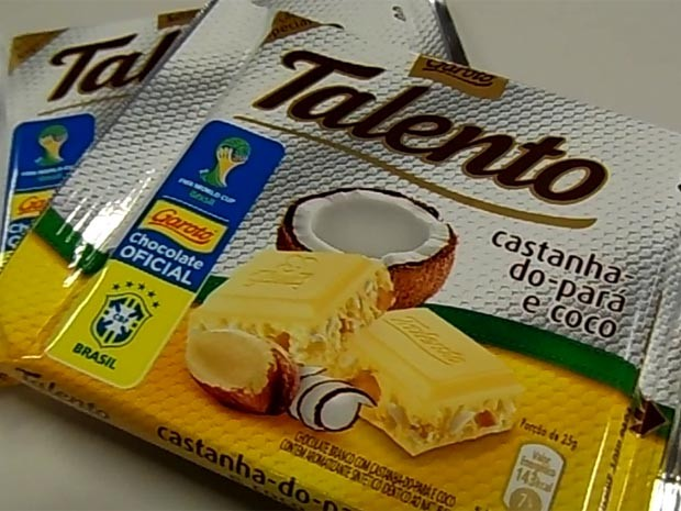 O novo Talento: chocolate branco, castanha-do-pará e o símbolo do Mundial da Fifa (Foto: Lilian Quaino/G1)