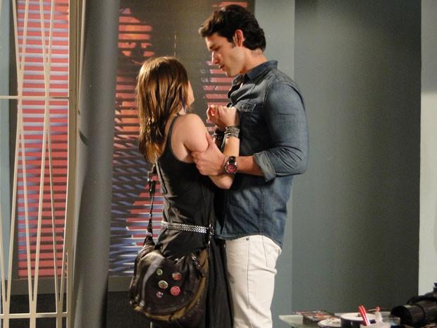Lobo parte para cima de Lia e assusta a garota (Foto: Malhação / Tv Globo)