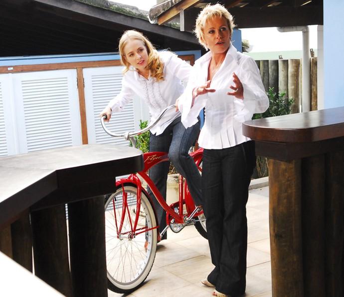 Angélica anda de bicicleta ao lado de Ana Maria Braga (Foto: CEDOC / TV Globo)