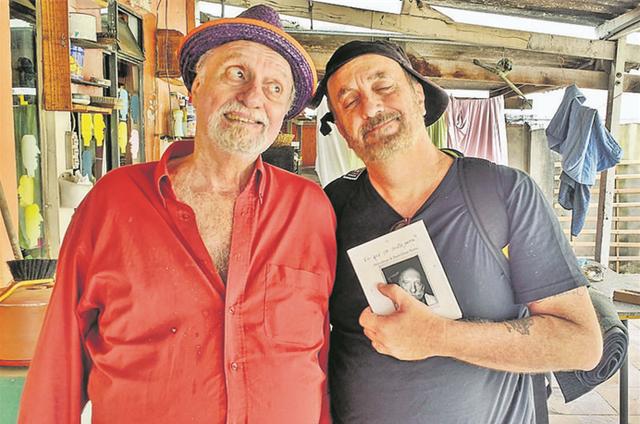 Paulo César Pereio brinca com o diretor Guillermo Planel nos bastidores do filme '10 centavos' (Foto: Divulgação)