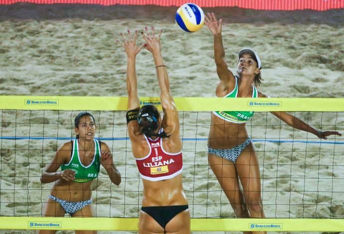 Duda e Elize Maia fizeram um dos jogos mais emocionantes do 1º dia da chave principal (Foto: Divulgação/FIVB)