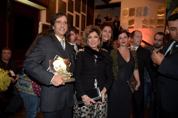 Marília Pêra posa com o trofeu e com os filhos no Festival de Cinema de Gramado (Foto: Marcello Sá Barretto/ AgNews)