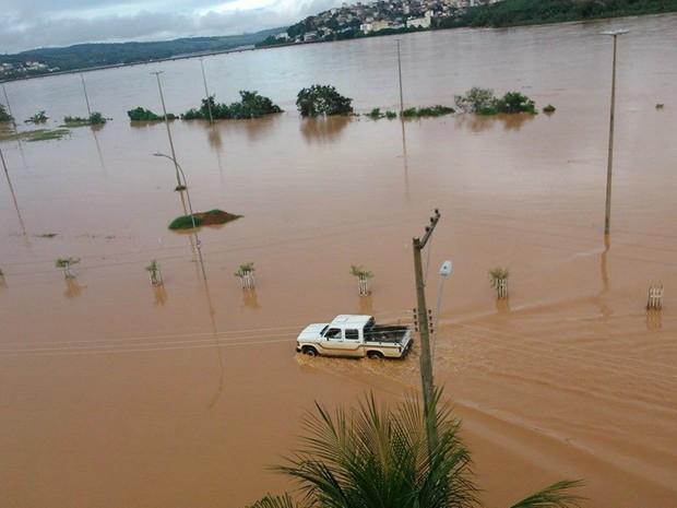 Colatina, no Espírito Santo, ficou completamete tomada pela água (Foto: Kadija Gonçalves/ VC no G1)