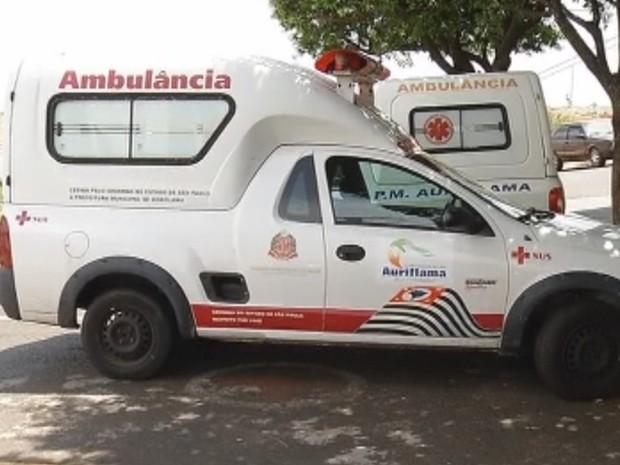 Homem estaria sozinho na parte de trás da ambulância e pulou (Foto: Reprodução/ TV TEM)