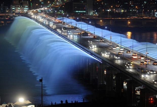 (Foto: Wikimedia / http://commons.wikimedia.org/wiki/File:Rainbow_fountain_Seoul.JPG)