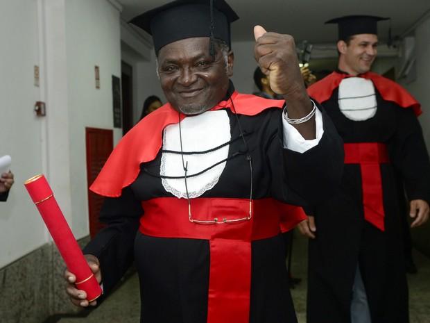 Pedreiro realiza sonho e recebe diploma de graduação em Direito, espírito santo (Foto: Ricardo Medeiros/ A Gazeta)