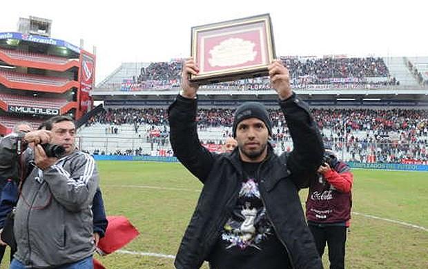 Agüero recebe homenagem do Independiente (Foto: Reprodução Jornal Olé)