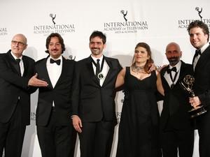Da direita para a esquerda, o ator Thiago Fragoso, os autores João Ximenes Braga e Claudia Lage, e o diretor Vinicius Coimbra (Foto: Neilson Barnard/Getty Images/AFP)