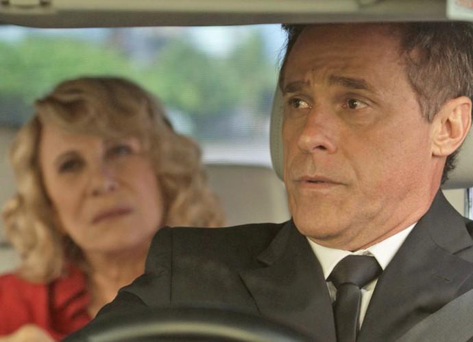 Em 'A Regra do Jogo', Oscar vive Régis, novo segurança e motorista de Nora, personagem de Renata Sorrah (Foto: TV Globo)