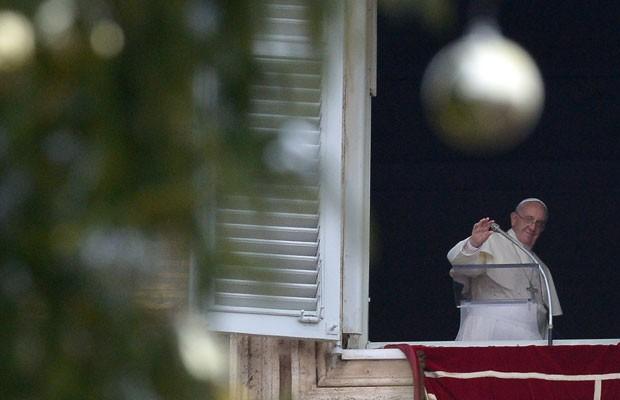 O Papa Francisco celebra o Ângelus nesta quinta-feira (26) (Foto: Filippo Monteforte/AFP)