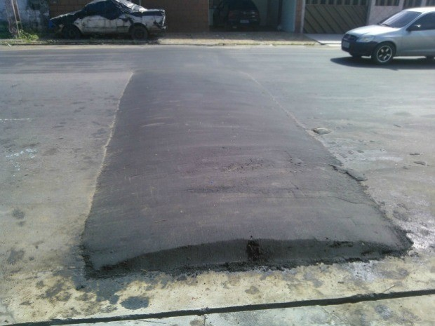 Lombada da mesma cor do asfalto é alvo de denúncia na Zona Norte de Manaus (Foto: Francisco Elias da Cunha Filho/VC no G1)