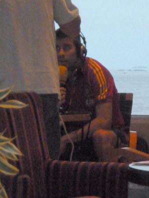Piqué dá entrevista a rádio espanhola no bar do hotel (Foto: Cintia Barlem)