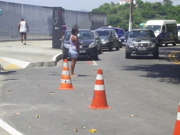 Ciclofaixa próxima ao MAC, em Niterói (RJ), é utilizada como estacionamento. (Foto: Mauricio Maia Soares)