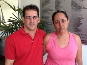 Mãe e padrasto de Ademar aguardam para pode vê-lo após cirugia, em Goiânia, Goiás (Foto: Reprodução/ TV Anhanguera)