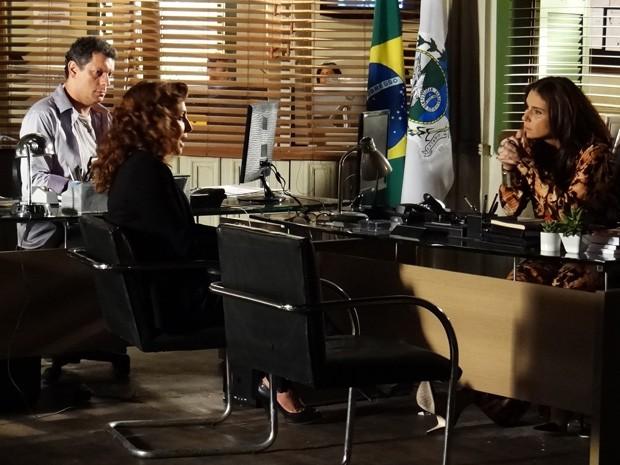 Desconfiada, Helo ouve o depoimento de Wanda sobre Jéssica (Foto: Salve Jorge/TV Globo)