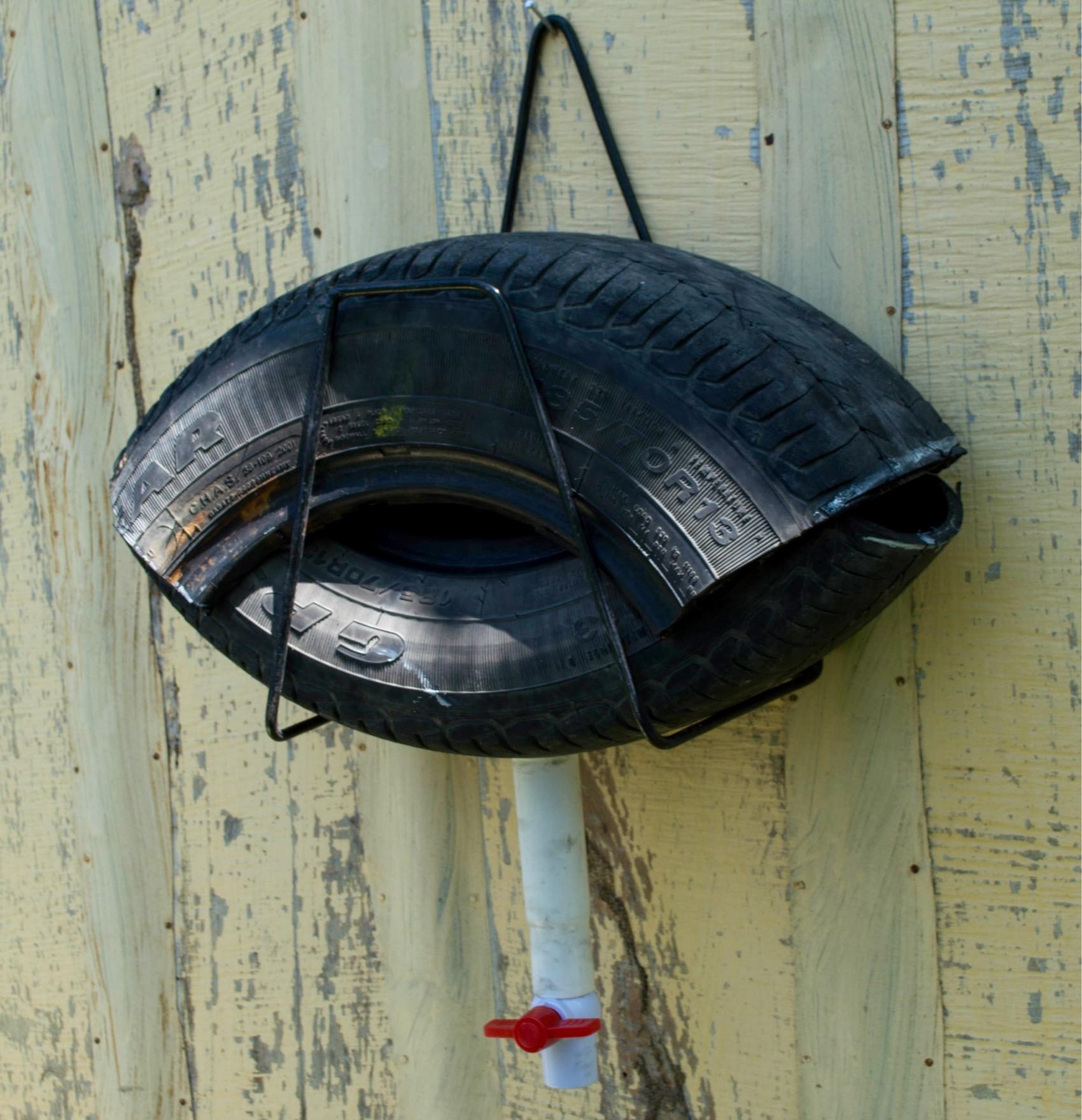 Armadilha batizada de 'ovillanta' é montada com pneus velhos e é capaz de capturar ovos de Aedes aegyti, que devem ser destruídos em seguida  (Foto: Daniel Pinelo/Divulgação)