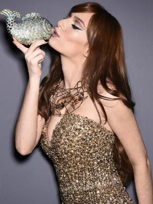 Maria Eugênia faz graça e beija clutch em formato de peixe (Foto: Marcio Del Nero/Editora Globo)