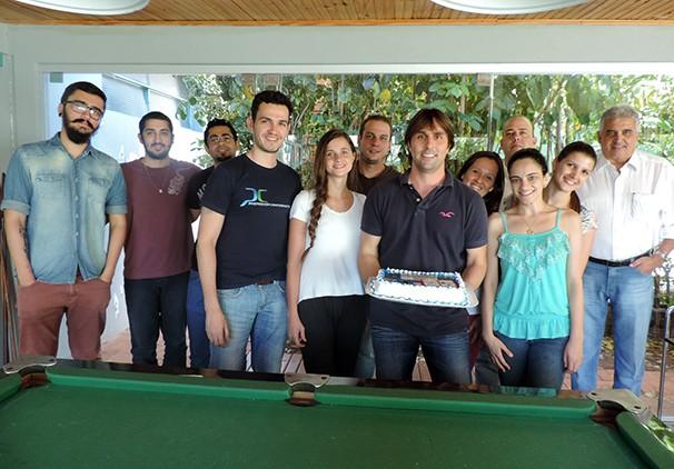 Equipe da Ativa e equipe comercial da TV Fronteira comemoram os 12 anos da agência (Foto: Marketing / TV Fronteira)