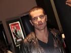 Daniel Oliveira surge de cabeça raspada em pré-estreia de filme