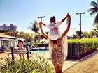 Ticiane Pinheiro curte domingo na piscina com a filha