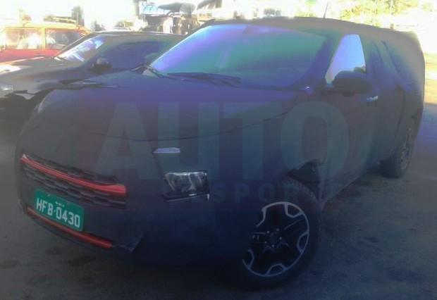 Flagra da nova picape Fiat Toro disfarçada em testes (Foto: Helton Palhão Barros/Autoesporte)