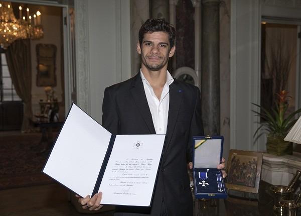 Thiago Soares, que mora há 16 anos na Inglaterra, recebeu a homenagem do embaixador do Brasil em Londres, Eduardo dos Santos  (Foto: Divulgação)