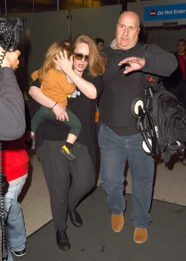 Adele desembarca com o filho, Angelo, em aeroporto de Los Angeles, nos Estados Unidos (Foto: AKM-GSI/ Agência)