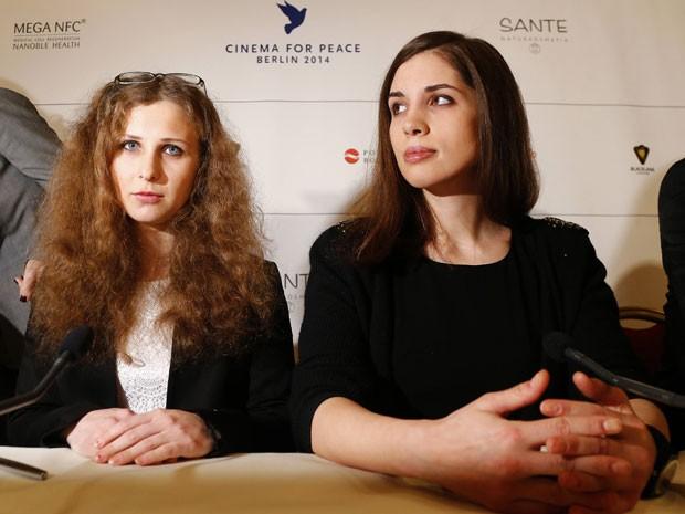 Integrantes do Pussy Riot, Maria Alyokhina e Nadezhda Tolokonnikova participam de entrevista coletiva no evento Cinema for Peace, paralelo ao Festival de Berlim (Foto: Tobias Schwarz/Reuters)