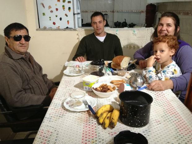 'Estava com saudade do pão da minha mãe', disse Rafael Nunes no primeiro café da manhã na casa dos pais após internação em uma clínica de dependentes químicos (Foto: Thais Kaniak / G1 PR)