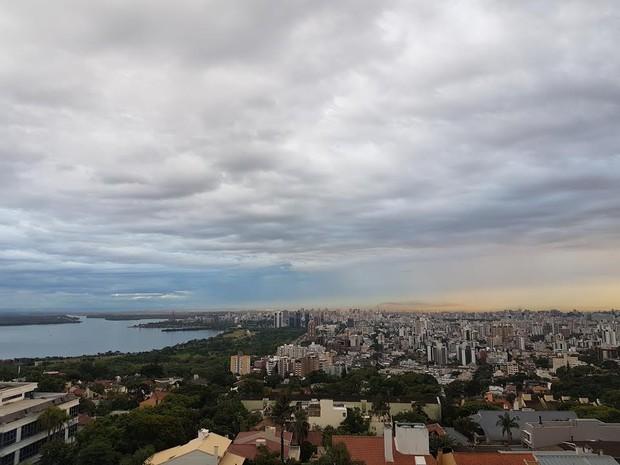 Segunda-feira (13) inicia com tempo nublado em Porto Alegre (Foto: Igor Grossmann/G1)