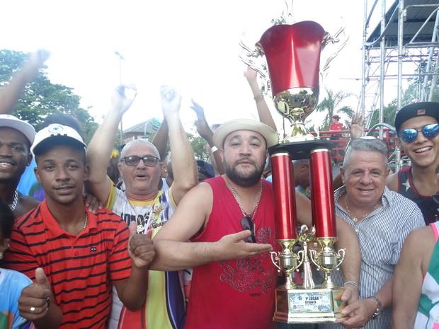 Mestre Jansem, da bateria Furacão do Costa Carvalho, com o troféu vencido pela Real Grandeza (Foto: Roberta Oliveira/G1)