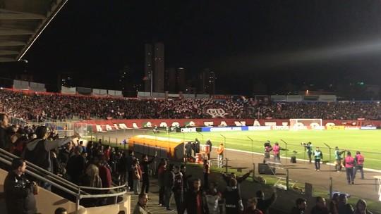 """Palpites, """"fora, Eduardo"""" e esperança: como a torcida do Atlético-PR reagiu à derrota"""