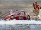 Americano faz exibição de carro anfíbio em lago