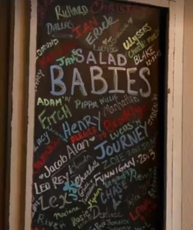 """O restaurante mantém um quadro com os nomes dos """"bebês da salada"""" (Foto: Reprodução/ Facebook)"""
