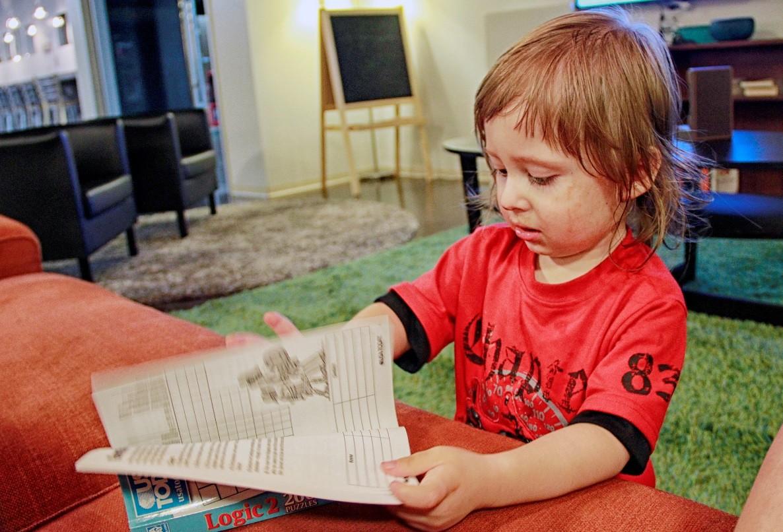 O menino sofre de uma forma incomum de autismo
