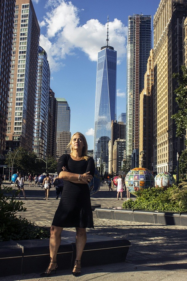 """Adriana Maluendas voltou ao local exato do atentado apenas 13 anos após o ocorrido. """"Não foi fácil enfrentar as lembranças. Mas era a hora de enfrentar tudo aquilo"""", diz (Foto: Divulgação)"""