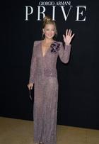 Kate Hudson aposta em vestido decotado para ir a desfile