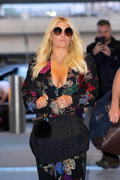 O look-aeroporto de Jessica Simpson? Macacão estampado ultra decotado  (Foto: Getty Images)
