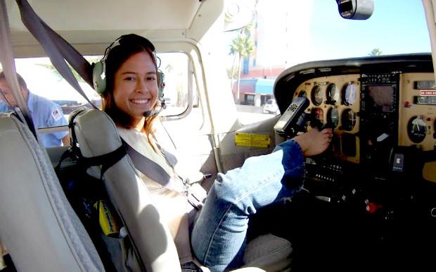 Americana levou um tempo até encontrar uma aeronave que pudesse ser pilotada com os pés (Foto: Reprodução/Facebook)